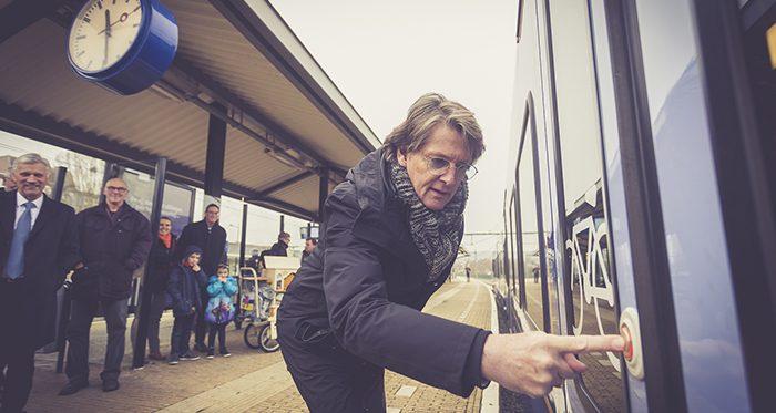 Arriva-trein 'Zuid-Limburgse Stoomtrein Maatschappij' onthuld